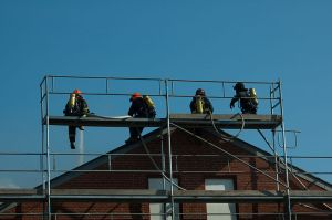 800px-Firefighters_on_a_scaffold
